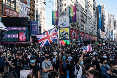 hong kong  chaos  police break  protests  tear gas