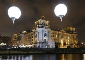8 000 balloons light up berlin wall as germany marks 25 years since its fall daily mail