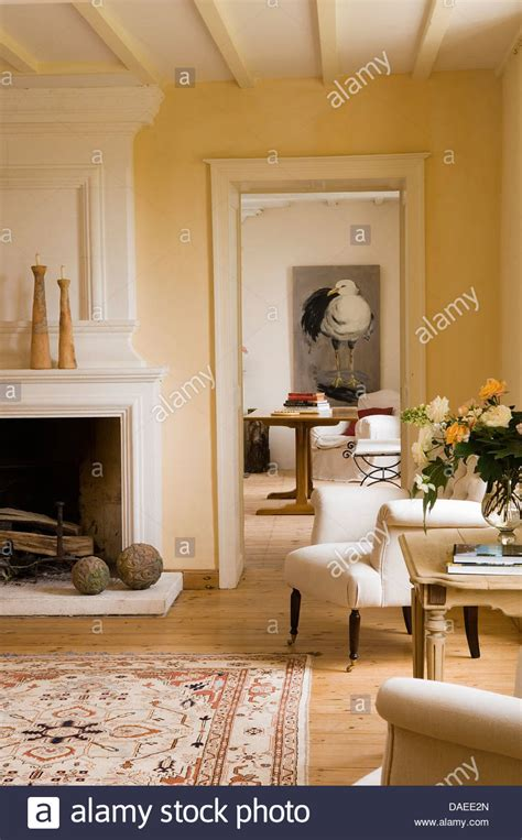 Französische Möbel Landhaus by Cremefarbenen Gepolsterten Sessel Am Kamin In