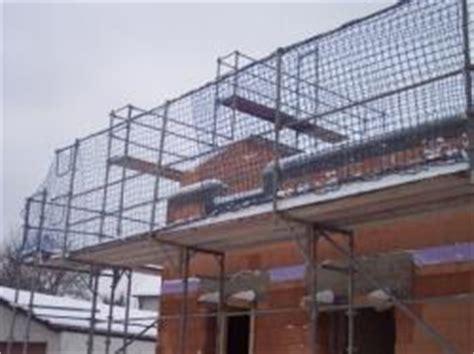 gerüst für treppenhausrenovierung aussenger 195 188 st aluger 195 188 st mit fangnetz sicherheit f 195 188 r dachdecker gegen abst 195 188 rzen