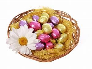 Panier Oeufs De Paques : les oeufs de p ques color s de chocolat dans le panier avec la camomille fleurissent photo stock ~ Melissatoandfro.com Idées de Décoration