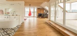 Raumteiler Modernes Wohnen : modernes wohnen in w rzburg mit massivholz massiver baumstamm im dachgeschoss ~ Markanthonyermac.com Haus und Dekorationen