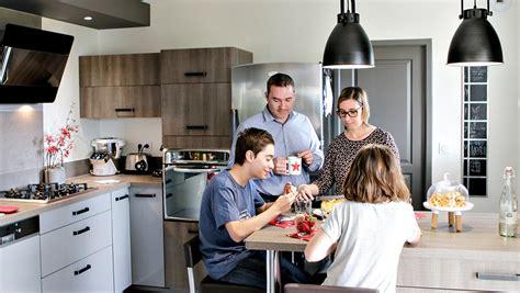 famille cuisine stéphanie et cédric jouent le style industriel mobalpa