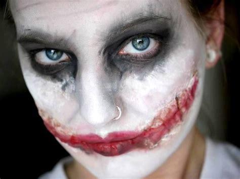 une femme transforme completement son visage avec du