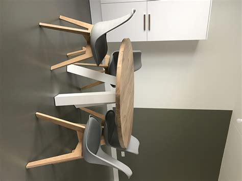 driepoot stoel hout ronde eikenhouten eetkamertafel met witte houten driepoot