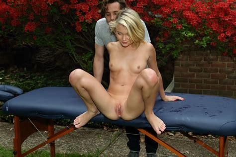 Dakota Skye pissing in the garden / Pee blonde - PornHugo.Com