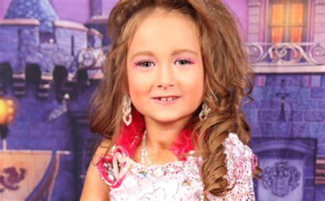 7 gadus veca latviešu meitenīte plūc laurus pretrunīgi ...