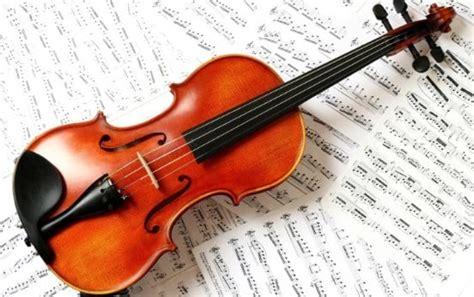 Cara memainkan musik sasando dipetik, tangan kiri memainkan akor tangan kanan memainkan melodi. √Alat Musik Melodis : Pengertian dan Contohnya