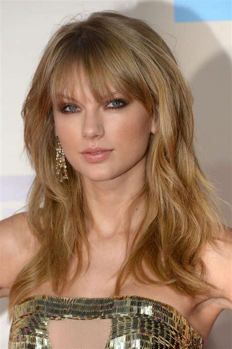 Taylor Swift At 2013 American Music Awards - Celebzz - Celebzz