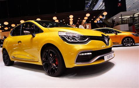 battle of the 200 hp hatchlings clio rs vs 208 gti