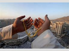 Hundreds of thousands of Muslims gather at Mecca for