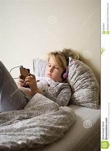 Lit Jeune Fille : jeune fille jouant son t l phone portable dans le lit image stock image du t l phone matin ~ Teatrodelosmanantiales.com Idées de Décoration