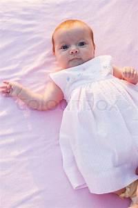 Baby Bettset Mädchen : sweet baby m dchen mit kleid auf rosa handtuch stock ~ Watch28wear.com Haus und Dekorationen