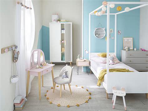 une chambre de fille qui mise sur le bleu joli place
