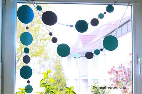 Girlande Fenster by Anleitung Fensterbild Blaue Girlande Basteln