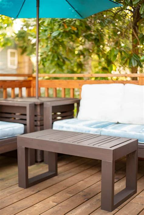 Perfect for your patio or porch, this little coffee table is just the piece of. Easy DIY Outdoor Coffee Table with Free Plans - The Handyman's Daughter