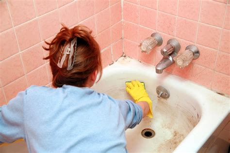 cleaning the tub 11 brilliant uses for vinegar in the bathroom