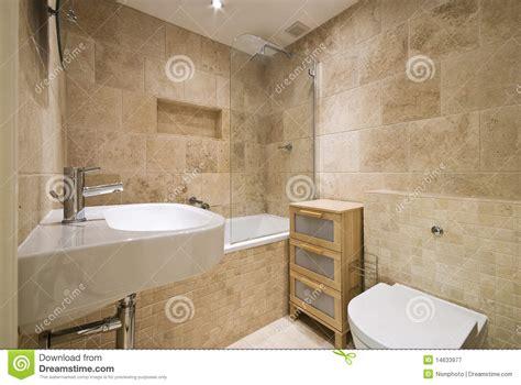 salle de bains de luxe moderne avec les murs lapid 233 s normaux image stock image 14633977