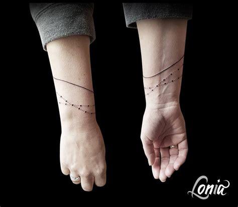 tatouage lonia tattoo ligne poignet bracelet fin feminin