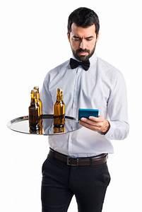 Tablett Mit Foto : kellner mit bierflaschen auf dem tablett mit einem taschenrechner download der kostenlosen fotos ~ Orissabook.com Haus und Dekorationen