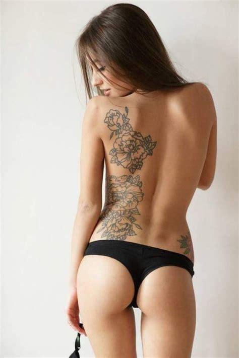 tatouage de femme tatouage roses noir  gris sur dos
