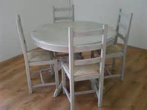 patine grise pour une table et des chaises nature