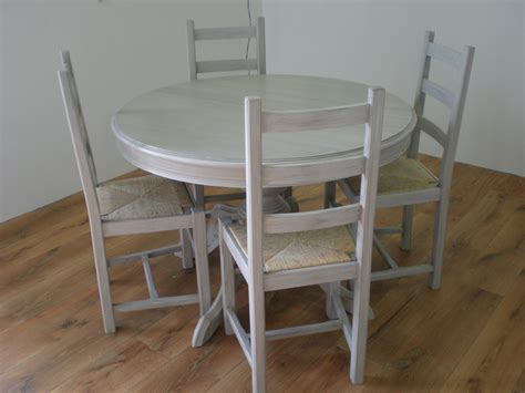 repeindre chaise en bois patine grise pour une table et des chaises nature