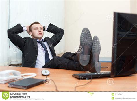 le de bureau sur pied mâle esting avec des pieds sur le bureau
