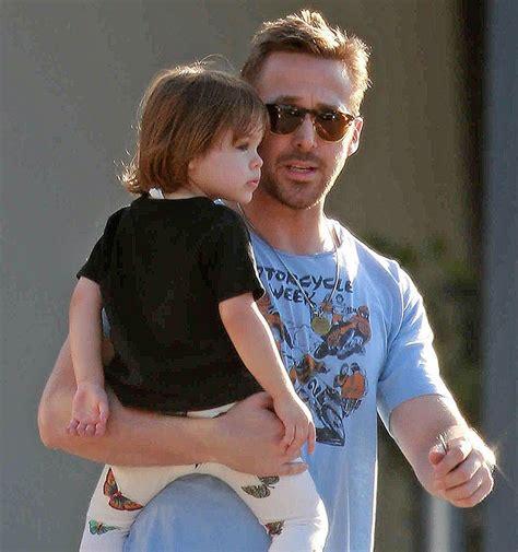 ryan gosling sexy ryan gosling pap 224 sexy le foto con la figlia esmeralda
