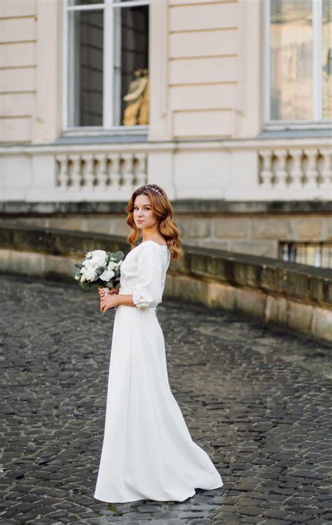 Fotos von geschlossenen brautkleidern 2015. Schöne junge frau im hochzeitskleid, das auf der straße in ...