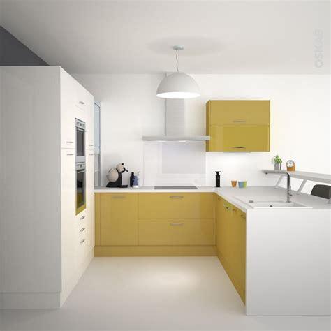 cuisine jaune et blanche au style design et épuré