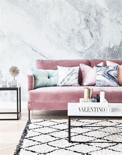 sofa samt grün pretty in pink unser lieblings samt sofa in rosa hier kombiniert mit trendigen marmorkissen und
