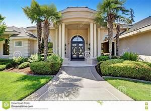 Porche Entrée Maison : maison de luxe suburbaine avec le porche de colonne et la ~ Premium-room.com Idées de Décoration