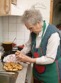 cuisine grand mere grand mère dans la cuisine photo stock image du aîné