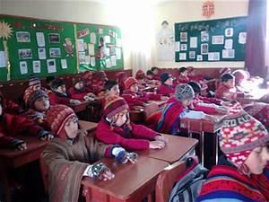 Grognards: La manipolazione spirituale dei mass media Nella foto: bambini di una scuola