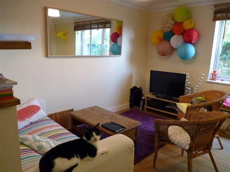 refaire un canapé la déco colorée de mon salon d 39 appartement en location