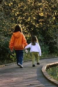 Hand In Hand Gehen : kinder die hand in hand gehen lizenzfreie stockbilder bild 2215549 ~ Markanthonyermac.com Haus und Dekorationen