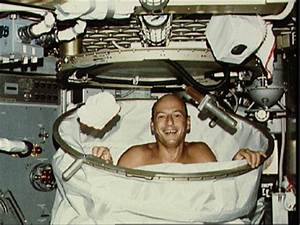 Keeping clean in space howstuffworks for How do astronauts go to the bathroom in space