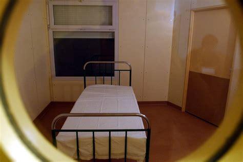 chambre d isolement en psychiatrie les h 244 pitaux psychiatriques point 233 s du doigt