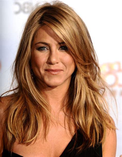 caramel haarfarbe mit blonden strähnen die besten 25 stufenschnitt mittellang ideen kurze haare stufenschnitt stylen kurze bis