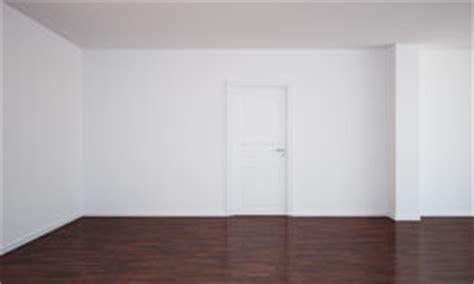 Geschlossene Weiße Tür Auf Brauner Wand, Holzfußboden