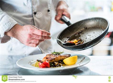 cuisine de a z chef nourriture de finissage de chef dans sa cuisine de