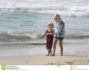 Hand In Hand Gehen : kinder die hand in hand gehen lizenzfreies stockfoto bild 10753735 ~ Markanthonyermac.com Haus und Dekorationen