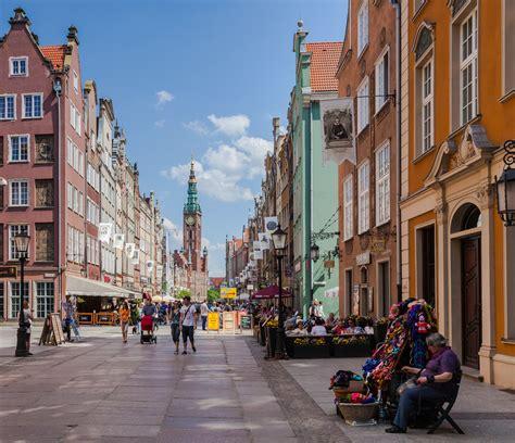 Gdansk has schools of medicine, engineering, and fine arts. File:Ayuntamiento Principal, Gdansk, Polonia, 2013-05-20, DD 01.jpg