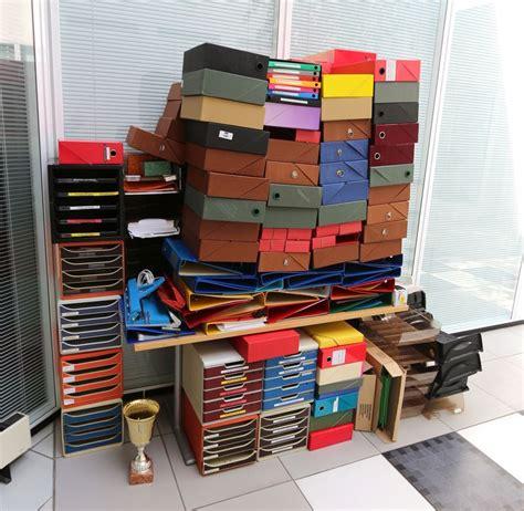 lot de fournitures de bureau dont classeurs pochettes banettes dictionnaires fourniture de relieuse