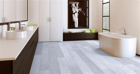 le parquet stratifi 233 dans la salle de bains est une d 233 coration du sol fonctionnelle archzine fr
