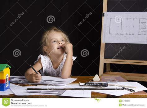 r rig ateur de bureau fille architecte s 39 asseyant derrière un bureau et pensé