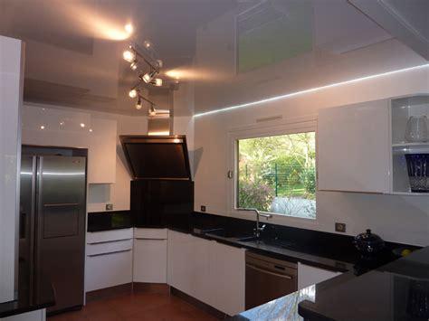 eclairage de cuisine led plafond de cuisine avec toile tendue blanche brillante et éclairage led blanc toile et plafond