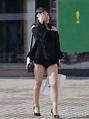 街拍長腿美女,白皙美腿,黑色超短裙 - 愛經驗