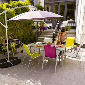 Fin De Serie Salon De Jardin : chaises et table de jardin aux couleurs vives pour un ete tendance ~ Teatrodelosmanantiales.com Idées de Décoration